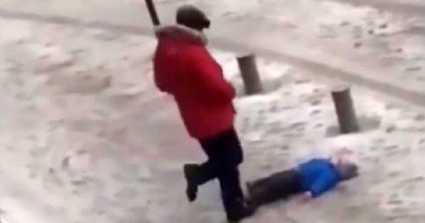 Πατέρας κλώτσα με δύναμη το γιο του επειδή δεν μπορεί να σταθεί όρθιος στο χιόνι