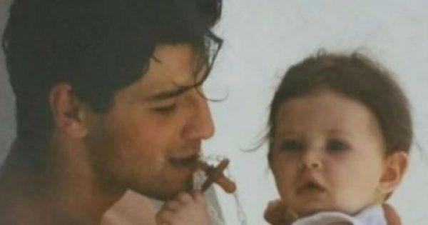 Αναγνωρίζετε το κοριτσάκι στην αγκαλιά του Σάκη Ρουβά; Είναι κόρη πασίγνωστης ηθοποιού! Ο λόγος για την…