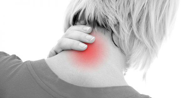 Πόνος στον αυχένα: Πού οφείλεται και πότε να συμβουλευτείτε γιατρό