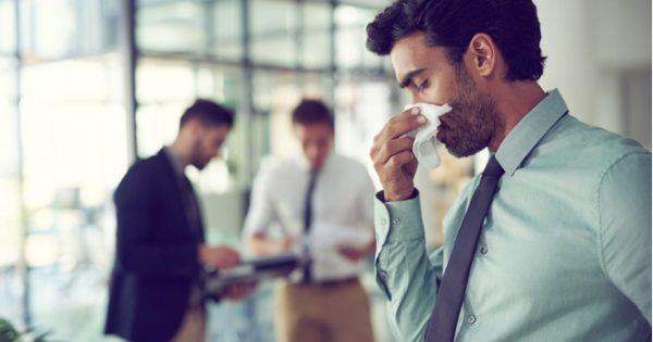Πώς σταματάει το κρυολόγημα όταν το νιώσετε να ξεκινάει [vid]