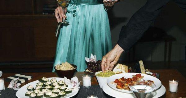 Πώς θα απολαύσεις «έξυπνα» τον γιορτινό μπουφέ και τι να αποφύγεις την επόμενη μέρα