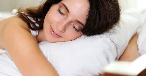 Ύπνος και θερμίδες: Πόσο παραπάνω πρέπει να κοιμάστε για να τις μειώσετε