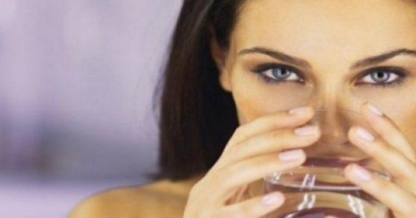 Πίνετε νερό με άδειο στομάχι το πρωί; Δείτε τι συμβαίνει στον οργανισμό σας