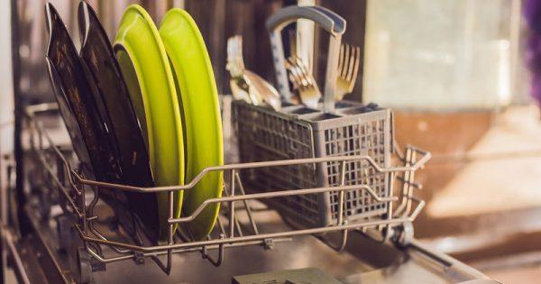 Ποια μικρόβια «φιλοξενεί» το πλυντήριο πιάτων