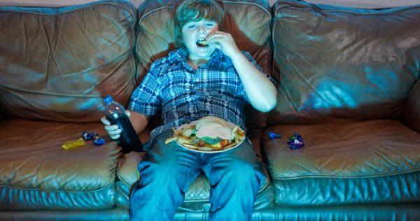 Η TV «φταίει» για την κακή διατροφή των νέων – Τι ρόλο παίζουν οι διαφημίσεις