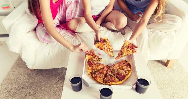 Οι τηλεοπτικές διαφημίσεις «σπρώχνουν» τους εφήβους στο πρόχειρο φαγητό