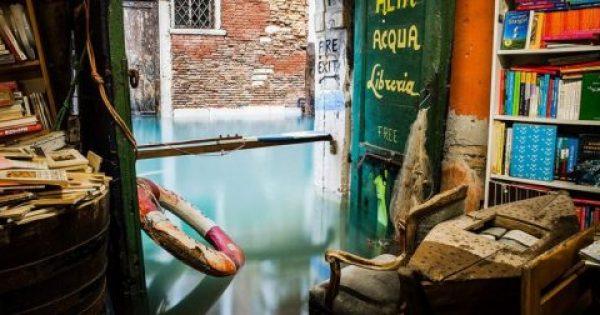 Βιβλιοπωλείο στη Βενετία βρίσκεται κυριολεκτικά βυθισμένο μέσα στο νερό