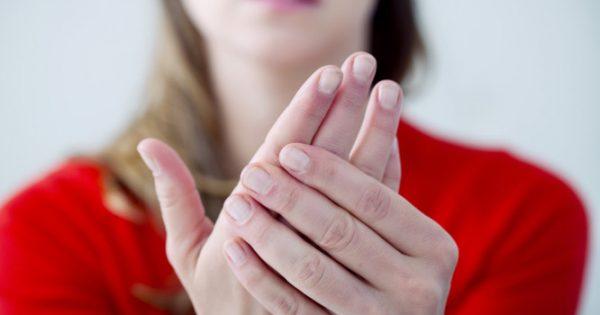 Κρύα χέρια: Οι πιθανές σοβαρές αιτίες και πότε πρέπει να πάτε στο γιατρό
