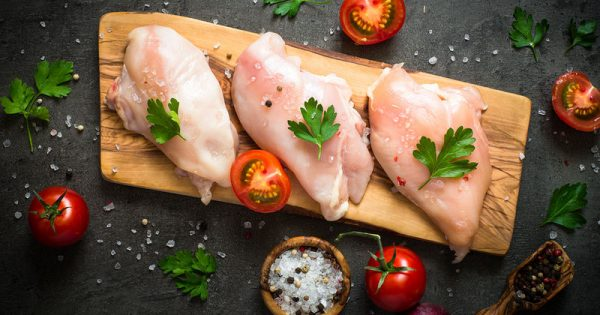 Οι 3 τροφές που βάζουν σε κίνδυνο την υγεία σας αν δεν μαγειρευτούν σωστά