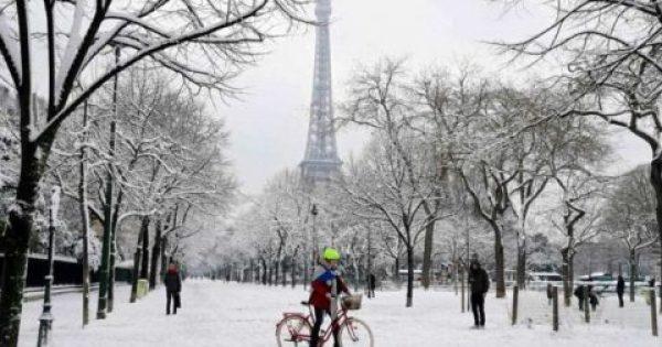 Χιόνισε στο Παρίσι μετά από 31 χρόνια και τα πάντα έγιναν λευκά και μαγικά