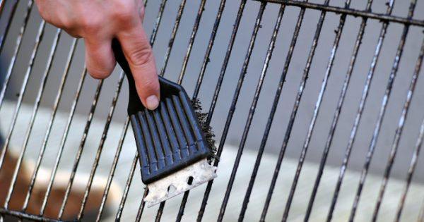 Τσικνοπέμπτη: Ο άγνωστος κίνδυνος από το καθάρισμα της σχάρας – Τι να προσέχετε