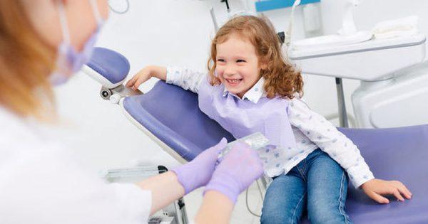 Φθορίωση δοντιών στα παιδιά: Από ποια ηλικία πρέπει να φθοριώνονται τα δόντια και ποιοι οι κίνδυνοι