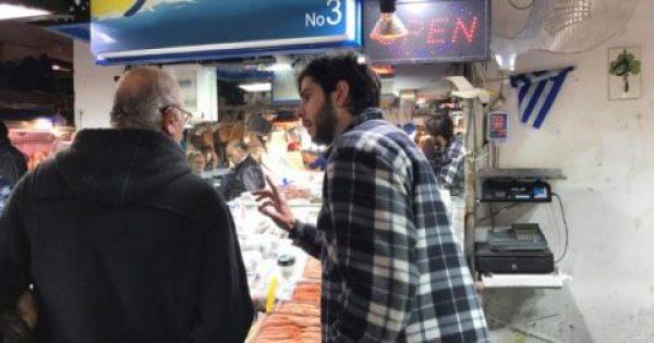 Έλληνας-μοντέλο δουλεύει στην ψαραγορά της Αθήνας για το μεροκάματο