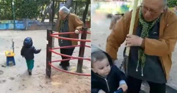 O 85χρονος Kώστας Βουτσάς παίζει στην παιδική χαρά με τον γιο του