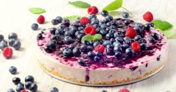 O Bασίλης Καλλίδης σου δείχνει τον εύκολο τρόπο να φτιάξεις τσιζ κέικ με γιαούρτι φραμπουάζ και μπλούμπερι