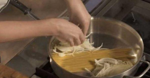 Βάζει τα μακαρόνια στην κατσαρόλα και προσθέτει κρεμμύδι – Μόλις δείτε το αποτέλεσμα θα το κάνετε κι εσείς… [Βίντεο]