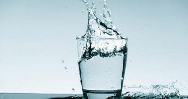 Δες γιατί πρέπει να πίνεις νερό με άδειο στομάχι όταν ξυπνάς