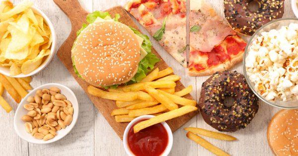 Πρόχειρο φαγητό & φθαλικές ενώσεις: «Καμπανάκι» από νέα επιστημονική έρευνα