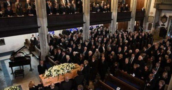 Στίβεν Χόκινγκ: Πλήθος κόσμου στην κηδεία του κορυφαίου αστροφυσικού