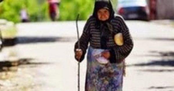 Μια γιαγιά μπήκε ξυπόλητη στο λεωφορείο και βρήκε βοήθεια από αυτόν που κανείς δεν περίμενε