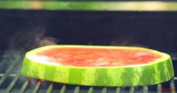 Πήρε μια μεγάλη φέτα καρπούζι και την έβαλε στο φούρνο. Το αποτέλεσμα θα σας εντυπωσιάσει!