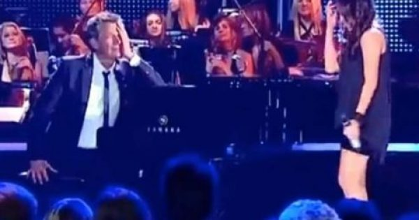 Η νεαρή Κοπέλα τραγουδά σαν Άγγελος και ο πιανίστας Δεν μπορεί να Ελέγξει τα Συναισθήματά του! [Βίντεο]