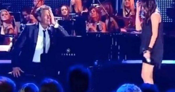 Η νεαρή Κοπέλα τραγουδά σαν Άγγελος και ο πιανίστας Δεν μπορεί να Ελέγξει τα Συναισθήματά του! (ΒΙΝΤΕΟ)