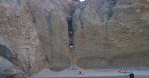 Η μοναδική παραλία στην Ελλάδα που πας εξ ολοκλήρου με δική σου ευθύνη. Υπάρχει και σχετική προειδοποιητική πινακίδα