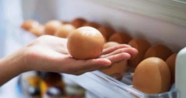 Προσοχή: Γιατί απαγορεύεται να βάζετε τα αυγά στις θήκες της πόρτας του ψυγείου!