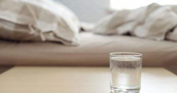 Να γιατί δεν πρέπει να πίνετε νερό από το ποτήρι που έχετε δίπλα στο κρεβάτι σας