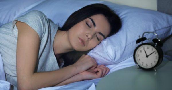 Πόσο Σκοτεινό Πρέπει να Είναι το Δωμάτιο Όταν Πάτε για Ύπνο;