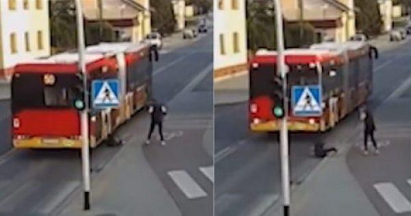 Λεωφορείο παραλίγο να λιώσει κεφάλι κοπέλας όταν η φίλη της την έσπρωξε για πλάκα