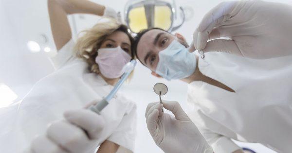 Καρδιαγγειακά νοσήματα: Η πρώιμη ένδειξη που αντανακλάται στο στόμα