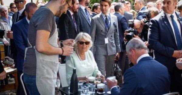 Ο Κάρολος παρήγγειλε φρέντο καπουτσίνο σε καφέ στο κέντρο της Αθήνας