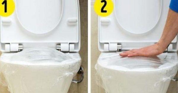 Παίρνει μια μεμβράνη φαγητού και την κολλάει στη λεκάνη τουαλέτας. Το αποτέλεσμα θα σας λύσει τα χέρια