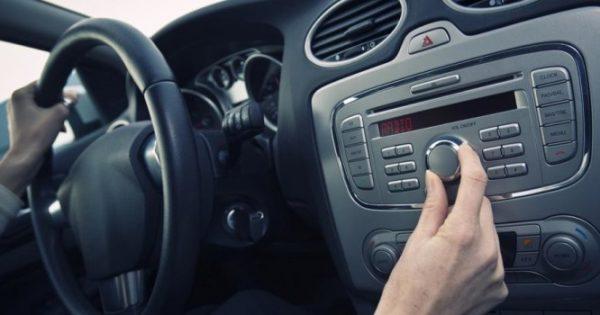 Δείτε γιατί χαμηλώνουμε το ραδιόφωνο, όταν ψάχνουμε κάτι στον δρόμο