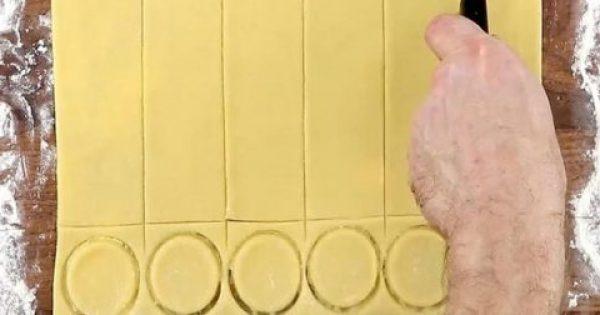 Πλάθει την ζύμη και αρχίζει να την κόβει σε κομμάτια. Όταν δείτε ΤΙ φτιάχνει, θα σας τρέχουν τα σάλια!