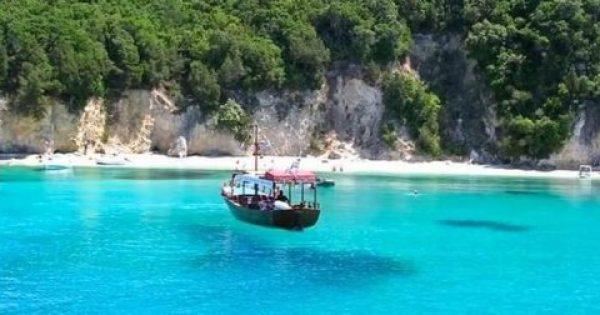 Η εξωτική ελληνική παραλία με τα διάφανα τιρκουάζ νερά που θυμίζει.. πισίνα