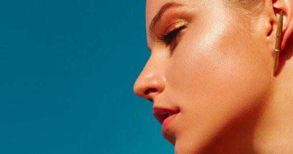 Λιπαρό δέρμα: Πώς να αποφύγετε την «γυαλάδα» στο πρόσωπο από την ζέστη