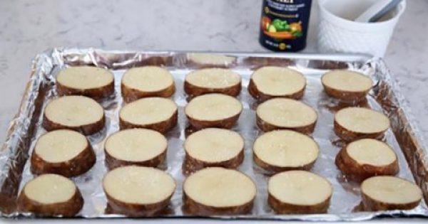 Κόβει Πατάτες σε ροδέλες, τις απλώνει στο ταψί και ρίχνει ΑΥΤΟ από πάνω. Το αποτέλεσμα; Πανδαισία Γεύσεων!