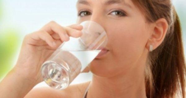 Πίνοντας νερό με άδειο στομάχι