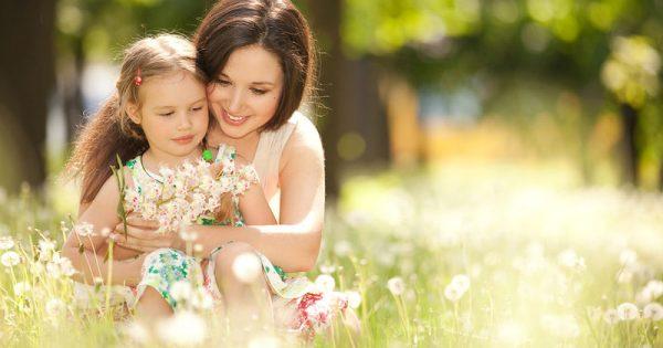 Οι 5 συνήθειες της μητέρας που «προστατεύουν» τα παιδιά από την παχυσαρκία
