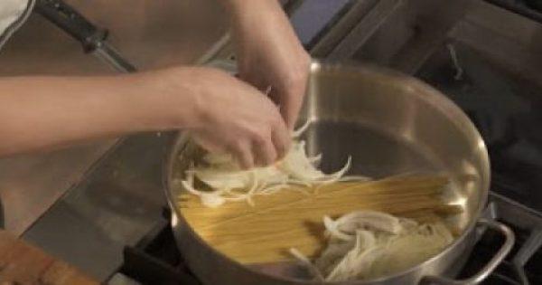 Βάζει τα μακαρόνια στην κατσαρόλα και προσθέτει κρεμμύδι – Το αποτέλεσμα θα σας εκπλήξει… [video]