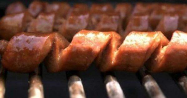 Κόβει τα λουκάνικα ΕΤΣΙ και τα ρίχνει στη σχάρα! Όταν δείτε το αποτέλεσμα δεν θα τα ξανά ψήσετε με άλλο τρόπο!