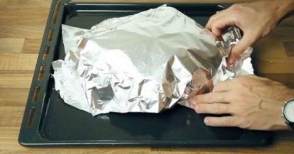Τυλίγει ψωμί σε αλουμινόχαρτο – Το αποτέλεσμα θα σας ξετρελάνει- θα κάνετε σίγουρα το ίδιο!