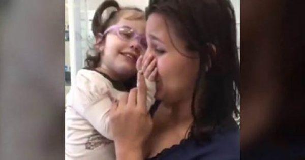 Θα δακρύσετε: Τυφλή κόρη αντικρίζει για πρώτη φορά τη μαμά του! [Βίντεο]