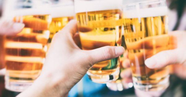 Όσοι δεν πίνουν καθόλου αλκοόλ στη μέση ηλικία, ιδίως κρασί, είναι πιθανότερο να εμφανίσουν άνοια στην τρίτη