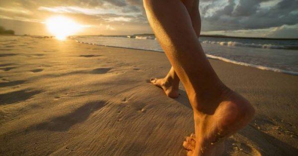Γείωση: Περπατήστε με γυμνά πόδια και αφήστε τη γη να σας θεραπεύσει.!!!