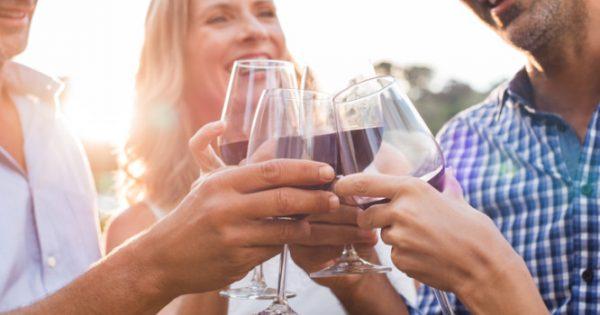 Αλκοόλ: Γιατί το αντέχουμε λιγότερο καθώς μεγαλώνουμε