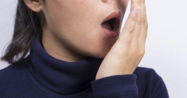 Γιατί έχετε δυσάρεστη αναπνοή τώρα τελευταία – Τι να κάνετε άμεσα!